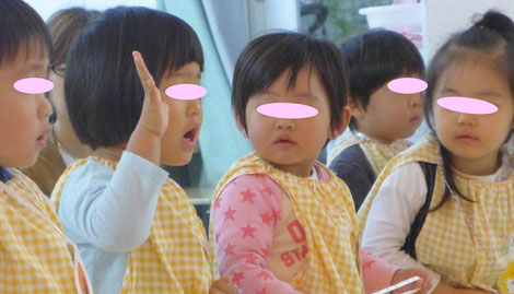 幼児教室のフィオーレコース(2歳児)のリトミックで、生徒はまわりの様子や音楽をしっかり感じながら集中して活動しています。