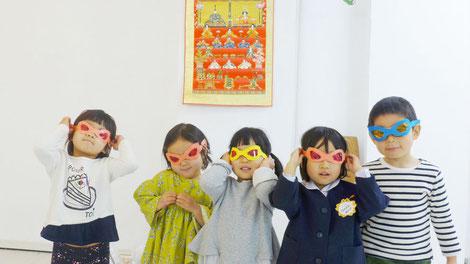 幼児教室の幼稚園児クラスで画用紙とセロファンを使ったサングラスを作成。自分でかけて楽しみました