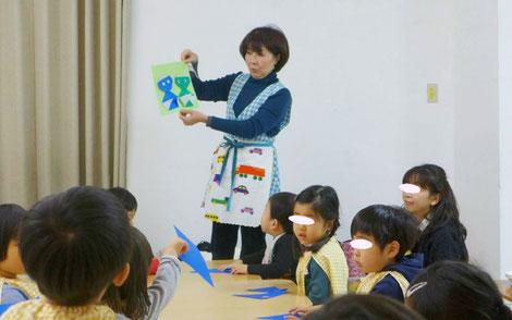 幼児教室のフィオーレコース(2歳児)でモンテッソーリの集団活動を行いました。まわりの生徒と仲良く集中して取り組むことができました。