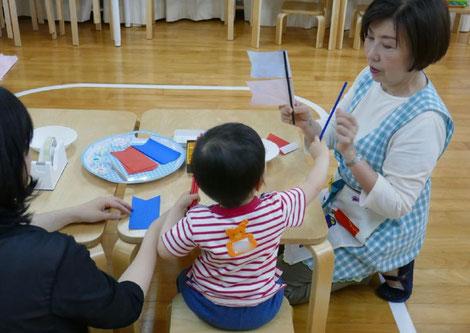親子コース・未就園児は、モンテッソーリ活動で、お母様といっしょに鯉のぼり製作を楽しみました。