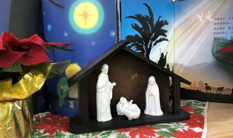 クリスマス会で、お生まれになったばかりのキリスト様の置物を教室に飾りました。