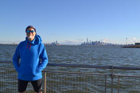 Im Hintergrund links Jersey City, rechts Manhattan Süd.