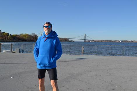 Im Hintergrund die Verrazano-Narrows-Bridge, die Brooklyn mit Staten Island verbindet.