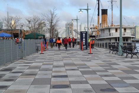 """Start/Zielbereich Pier 25 vor dem historischen Dampfer """"Lilac""""."""