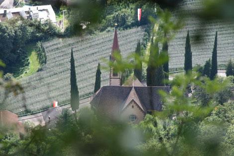 Ausblick auf die Kirche von Burgstall bei der Wanderung zum Wieslerhof