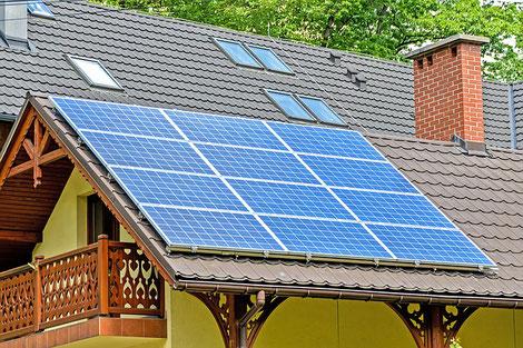 Toit aménagé avec des panneaux solaires à Fumel