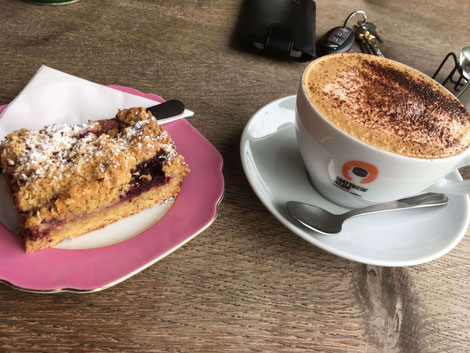 """Berry cake sprinkled with oat flakes at café """"Kitschnbake"""" in Wormit"""