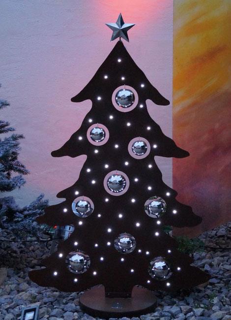 Der Baum hat 50 LEDs und ist ca.1,55m hoch