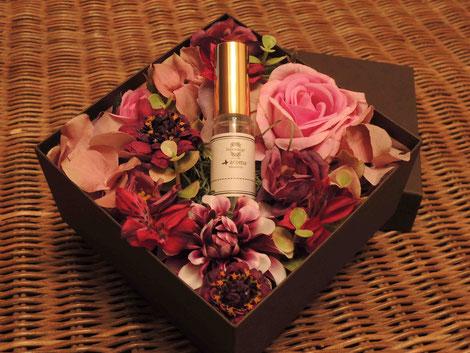 斉藤智子さん×坂野晶子さんによるアトマイザーをセットできるフラワーアレンジメント「aroma box」