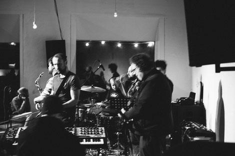 Stefan Kettler-Eising (sax), Ingo Ihlenfeld Cuñado (sax), Timo Dresenkamp (key), Thorsten Schwarz (synth-guit), Jan Kampshoff (g), Coskun Özdemir (b), Adrian Hemley (dr), Aaron Scherzinger (perc)