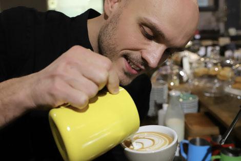 Latte Art in der Diplom Kaffee Sommelier Ausbildung im Vienna Coffee College
