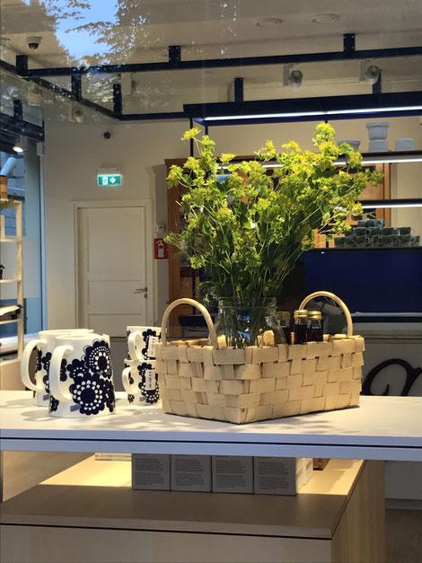 食卓を彩る高級陶器 arabia社のマグと白樺の籠