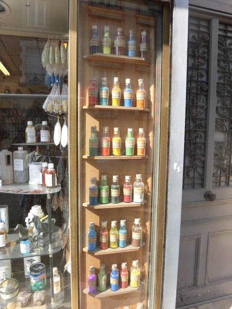 パリ郊外で見かけた画材やさんの色とりどりの顔料ボトル