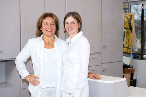 Frau Eberl und Frau Mahl kümmern sich um Ihre Zahngesundheit