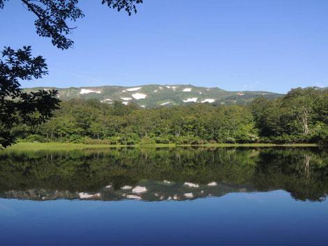風もほとんどなく、残雪のある焼石岳が美しく湖面に反射