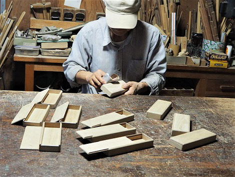 木の筆箱製作中2~ペーパー掛け~