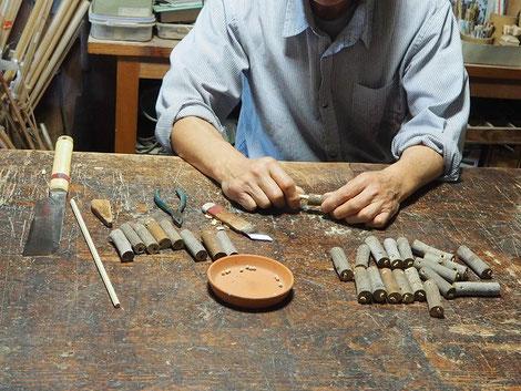 メジロ笛製作中~木玉を入れて、口栓を取り付ける~
