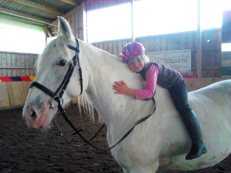 Kind ohne Sattel auf Pferd