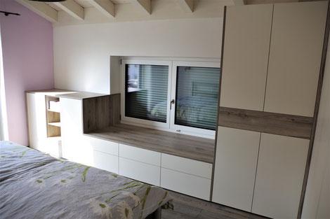 Viel Stauraum durch viele Schubkästen und eine große Liegefläche ersetzt die Fensterbank.