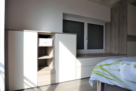 Schlafzimmereinrichtung Griffloses Highboard mit Regal und bodentiefen Türen