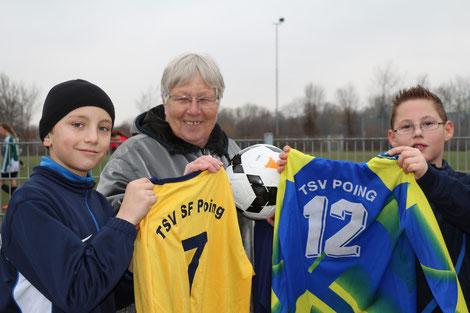 Christa Müller erhält für die Tansania Hilfe u. a. viele Trikotsätze vom TSV Poing