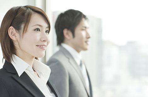 企業向けカウンセリング:会社で働く若い男女の笑顔