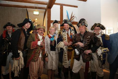 Die Ministerpräsidentin im Kreise der Piraten und Freibeuter