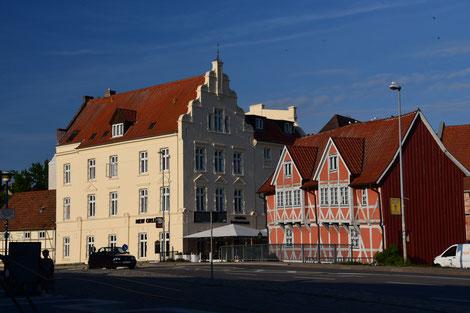 Was soll man im Hafen von Wismar anderes essen als ein Fischbrötchen