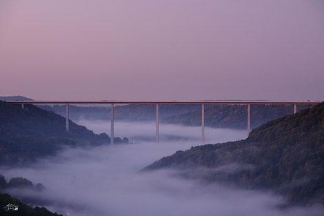 Brücke über dem Tal