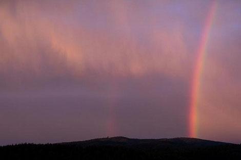 Regenbogen am Gewitterhimmel