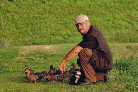 Mann mit Enten