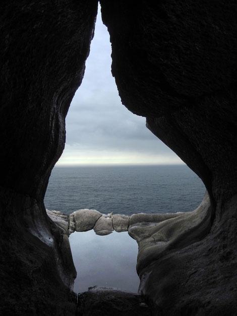 Höhle mit Meeresblick in Norwegen