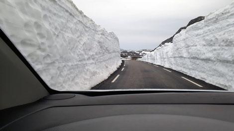 Straße mit Schneebergen