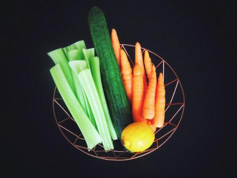 Der gesunde Energiespender besteht aus Sellerie, Gurke, Karotten & Zitrone