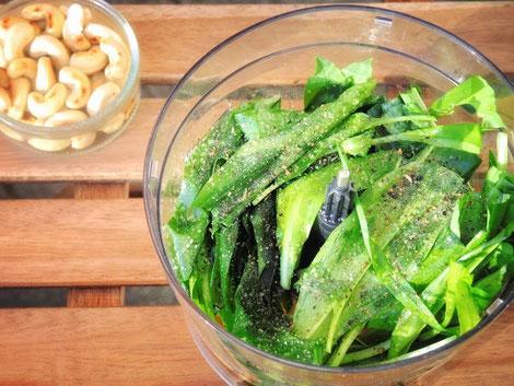 Die Zutaten: Bärlauch, Olivenöl, Zitronensaft, Cashews, Salz & Pfeffer