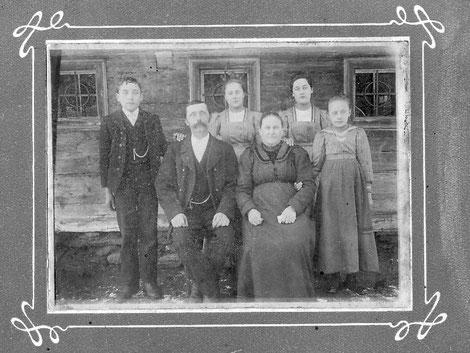 Familie Kerschbaumer vor dem alten Edenbauerhof