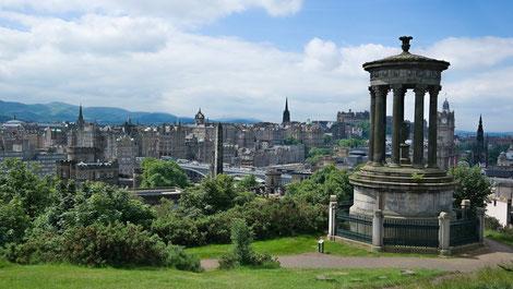 Aussicht von Calton Hill über Edinburgh Old Town