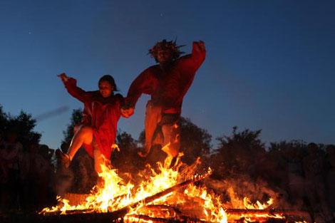 Sprung über Feuer