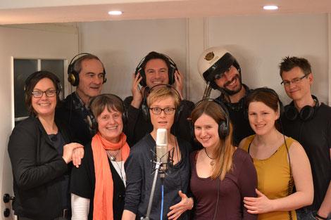 die Hörspielgruppe von 2013 mit Kopfhörern im Studio