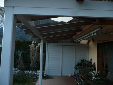Terrassenüberdachung mit seitlichen Schiebeläden
