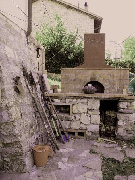 「佇む土鍋」 アントネッロ手づくりの石窯の前で