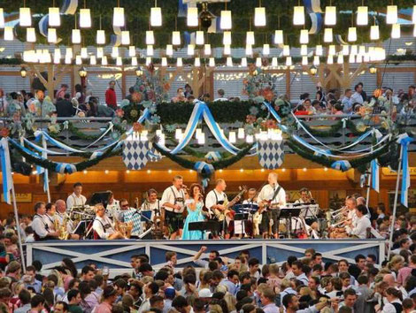 ビールテントで繰り広げられるコンサート。©Werner Boehm, München Tourismus