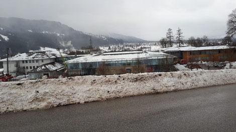 Die Kinderfachklinik in Gaißach mit abgeräumtem Dach am zweiten Tag