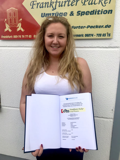 Abgabe der Bachelorarbeit der dualen Studentin der Frankfurter Packer