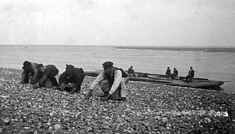 Ramasseurs de galets à la côte