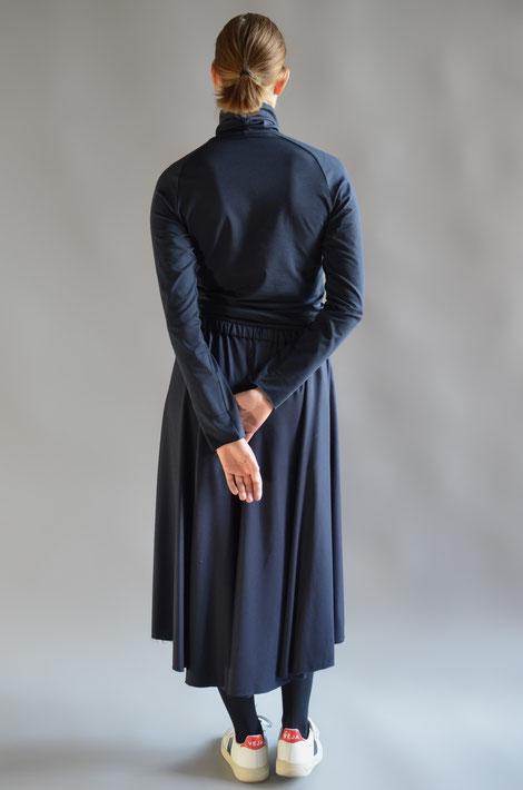 ASCK Shirt N° 03 dunkelblauer Rollkragenpullover aus feinem anschmiegsamen Baumwoll-Jersey aus kontrolliert biologischen Anbau mit 3% Elasthan, GOTS-zertifiziert.