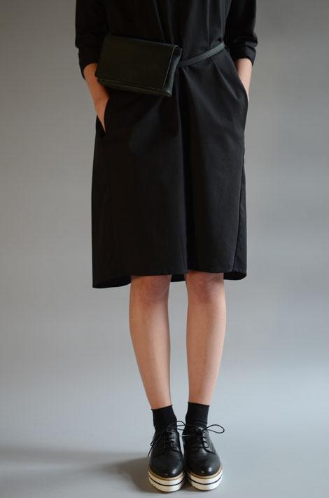 ASCK Kleid N° 01 aus schwarzen Baumwolle-Popeline aus kontrolliert biologischen Anbau gefertigt.