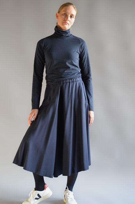 ASCK Shirt N° 03 dunkelblauer Rollkragenpullover aus feinem anschmiegsamen Baumwoll-Jersey aus kontrolliert biologischen Baumwolle und 3 % Elasthan, GOTS-zertifiziert