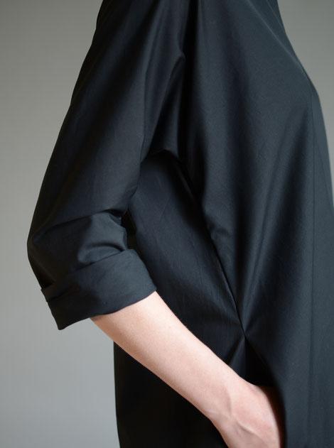 ASCK Kleid N°01 aus schwarzem Baumwolle-Popeline aus kontrolliert biologischen Anbau gefertigt.