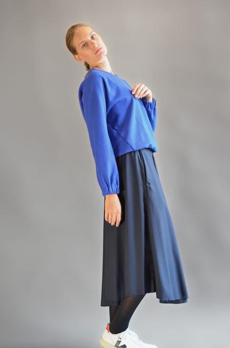 ASCK Sweatshirt N° 02 cobalt blue ist leicht versitze geschnitten. Der Baumwollstoff ist aus kontrolliert biologischen Anbau (kbA) und GOTS-zertifiziert. Handmade in Germany.